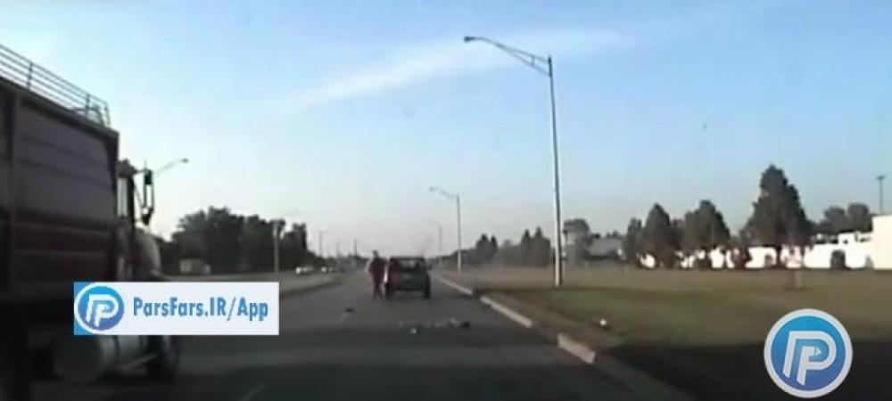 راننده خودرویی که توسط پلیس آمریکا در حال جریمه شدن بود با خودرویی دیگر تصادف کرد.