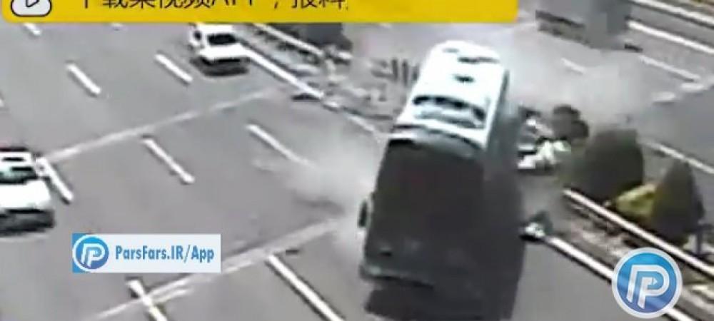 تصادف شدید خودرو با اتوبوس به دلیل رعایت نکردن فاصله ایمنی