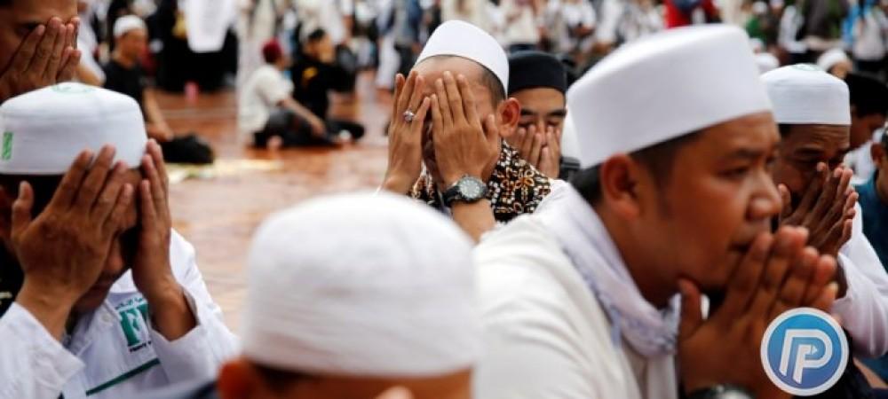 لحظه وقوع زلزله 7/5 ریشتری اندونزی در هنگام نماز جماعت
