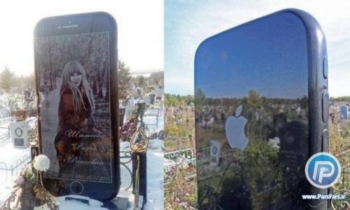 پدري در شهر اوفا، روسيه، بر مزار دخترش سنگ قبري به شکل گوشي تلفن همراه قرار داد.