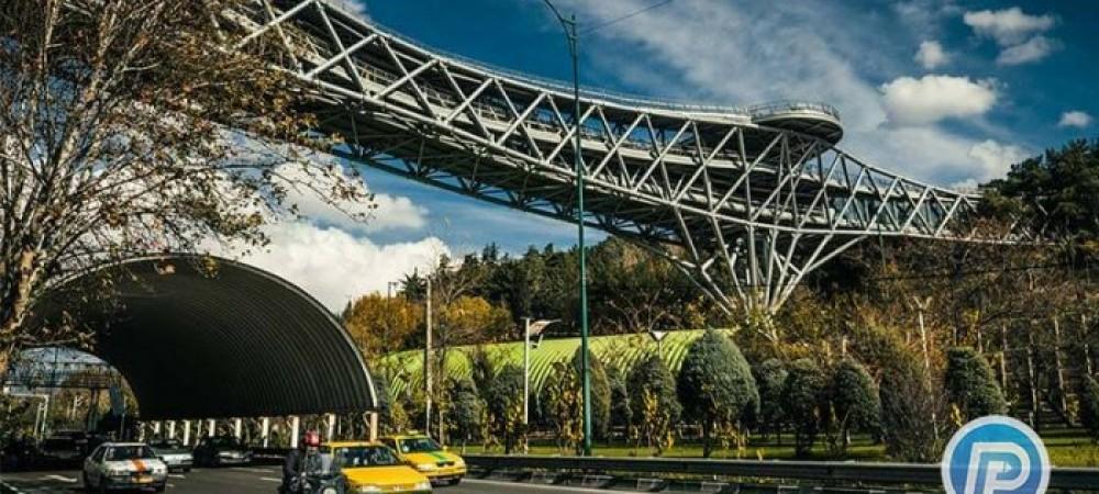 شعرخوانی مردم در پل طبیعت تهران