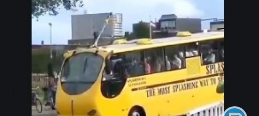 اتوبوسی که در آب حرکت میکند